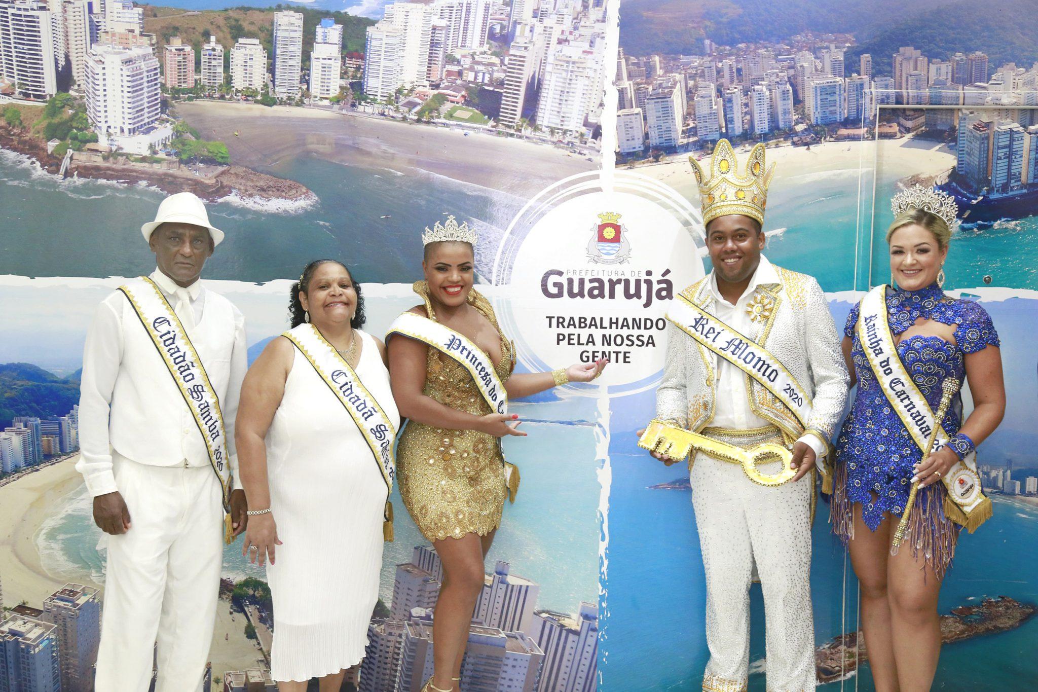 Bandas e desfiles de escolas garantem a folia em Guarujá