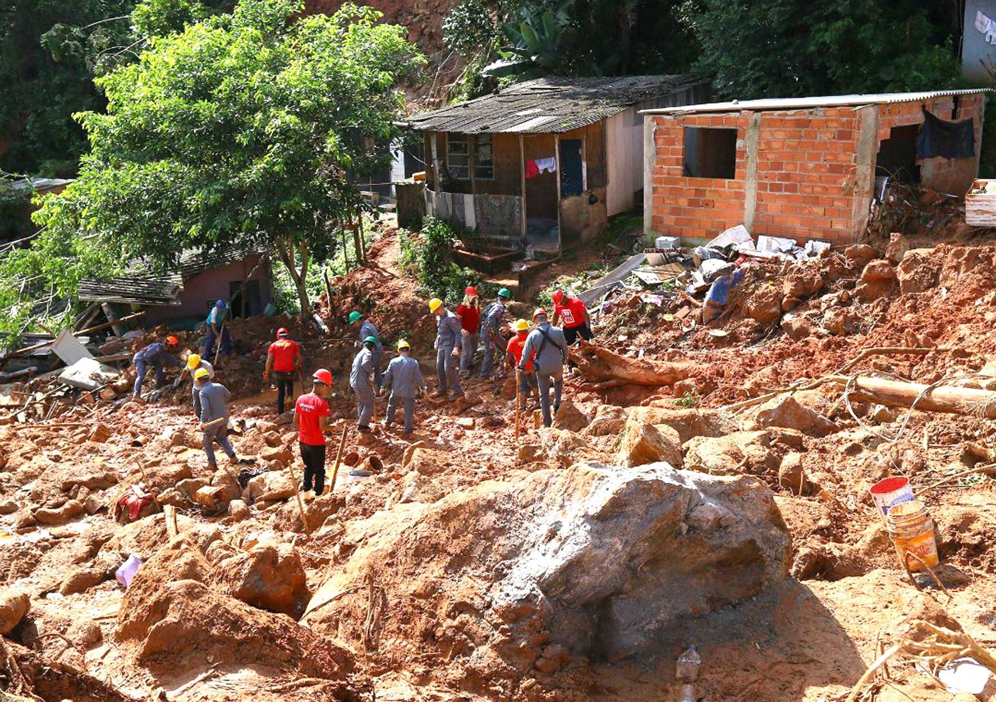 Governo define que obras no Morro do Macaco terão prioridade com recursos