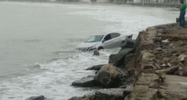Carro, 'mergulha' no mar e motorista foge